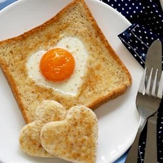Cách làm bánh mì trứng hình trái tim