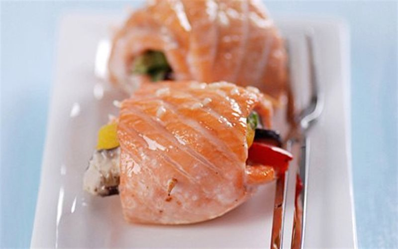 Cách làm Cá Hồi Cuộn Rau Nướng cực ngon, nhiều vitamin A