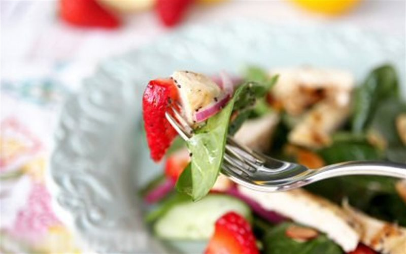 Cách Làm Salad Dâu Tây Rau Chân Vịt Vị Nhà Hàng Âu