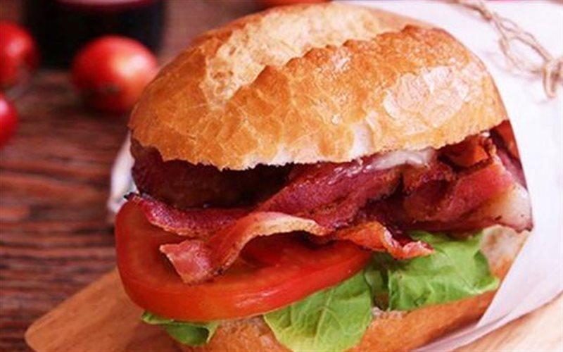 Cách Làm Bánh Mì Kẹp Thịt Xông Khói Thơm Ngon