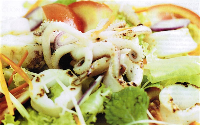 Cách làm salad mực trộn rau