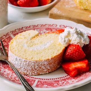 Cách Làm Bánh Bông Lan Cuộn Kem Mềm Như Ngoài Tiệm