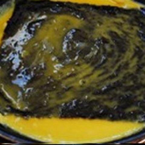"""Trứng cuộn <a href=""""https://www.rongbienhanquoc.net/san-pham.html"""" _fcksavedurl=""""https://www.rongbienhanquoc.net/san-pham.html"""">rong biển</a> khô"""