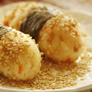 Cách Làm Cơm Nắm Tôm Và Thịt Nguội Cho Bữa Sáng