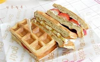 Bánh waffle dâu chuối