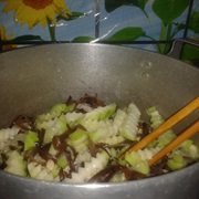 Canh dưa hồng nấu nấm