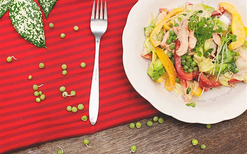 Cách làm Salad Ức Gà cùng ớt chuông, xà lách, đậu Hà Lan