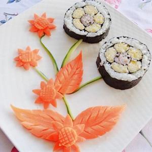 Cơm cuộn hình hoa