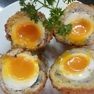 Cách làm thịt bọc trứng hồng đào chiên xù
