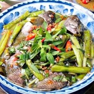 Canh chua cá rô đồng nấu lá giang