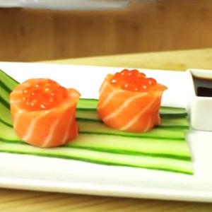 Sushi cá hồi bọc cơm