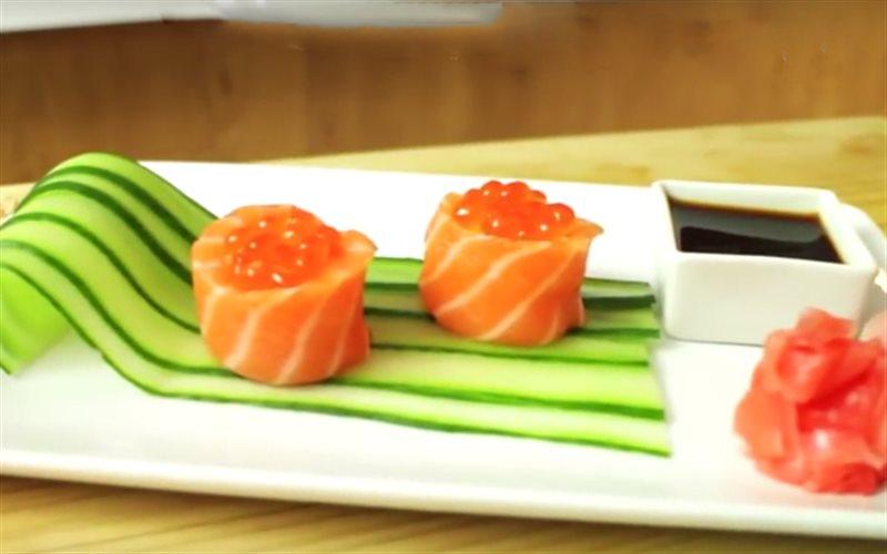 Cách làm sushi cá hồi bọc cơm