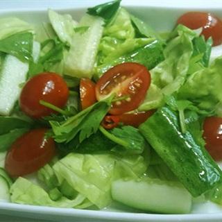 Cách làm salad cà chua bi trộn cay