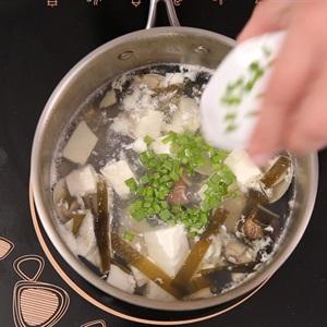 """Canh nghêu nấu đậu hũ và <a href=""""https://www.rongbienhanquoc.net/san-pham.html"""" _fcksavedurl=""""https://www.rongbienhanquoc.net/san-pham.html"""">rong biển</a>"""