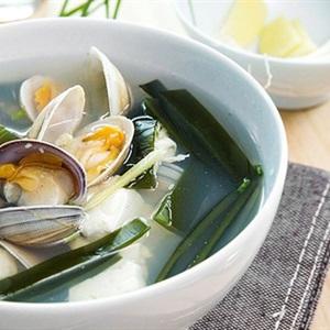Canh nghêu nấu đậu hũ và rong biển