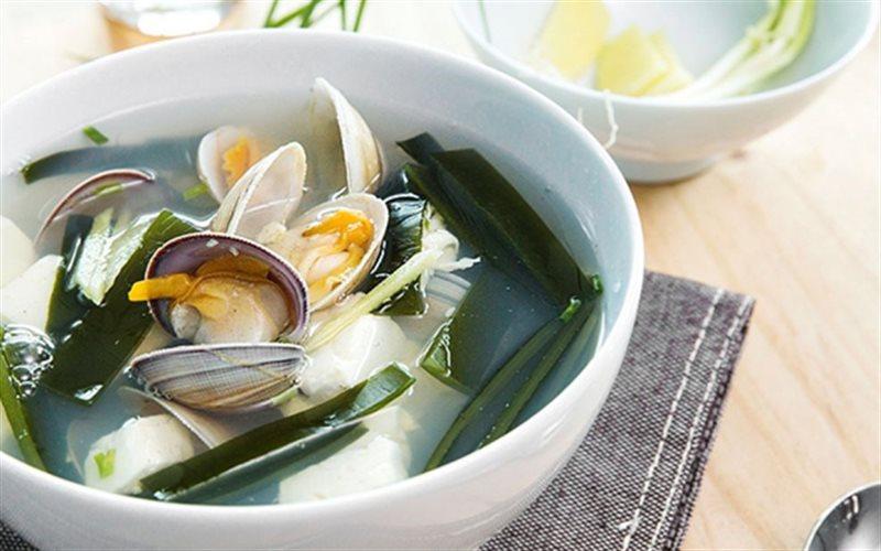 Cách làm canh nghêu nấu đậu hũ và rong biển