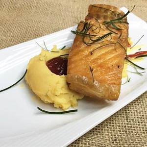 Cá hồi đút lò ăn kèm khoai tây nghiền