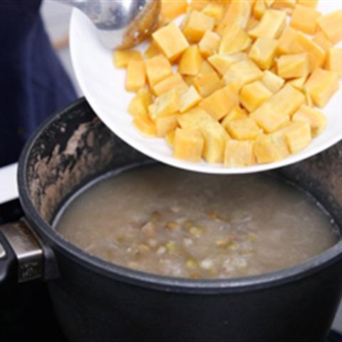 Chè đậu xanh nấu khoai lang