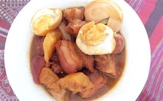 Thịt ba chỉ kho trứng và thơm