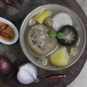 Móng heo hầm nấm và rau củ
