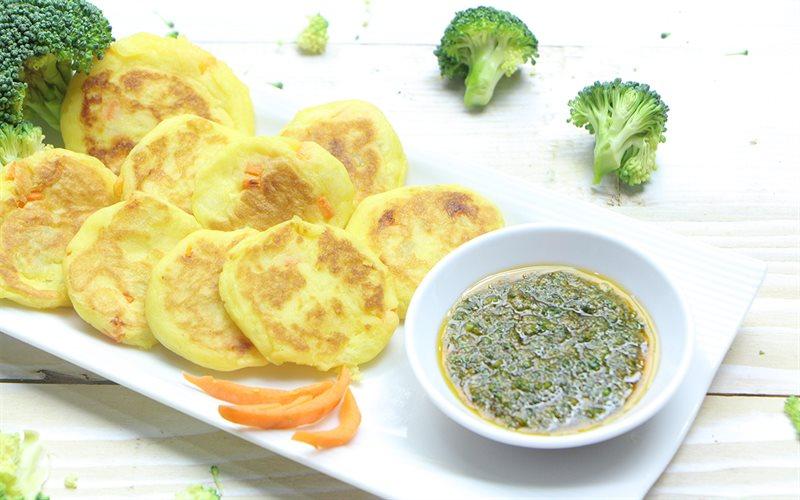 Cách làm bánh trứng khoai tây chấm sốt bông cải xanh