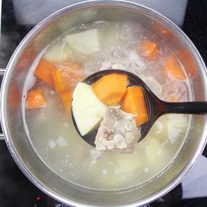 Canh cà rốt khoai tây nấu xương