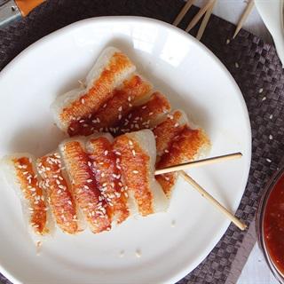 Cách làm bánh gạo xiên que áp chảo sốt Hàn Quốc - Tteok Kkochi