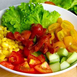 Salad xúc xích rau củ