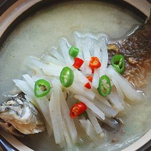 Canh cá chép nấu củ cải