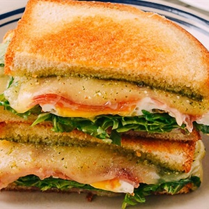 Bánh sandwich kẹp thịt nguội