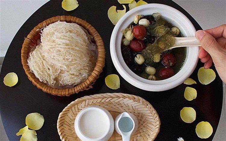 Cách nấu chè tổ yến táo tàu hạt sen