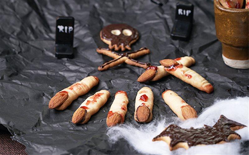 Cách làm bánh quy ngón tay ma quái cho ngày Halloween