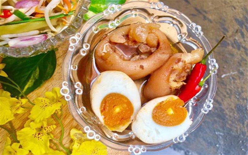 Cách làm giò heo kho trứng muối