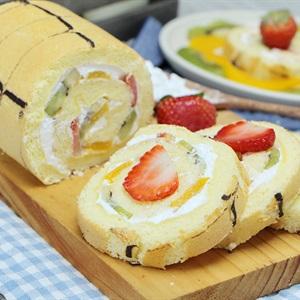 Bánh bông lan cuộn hoa quả
