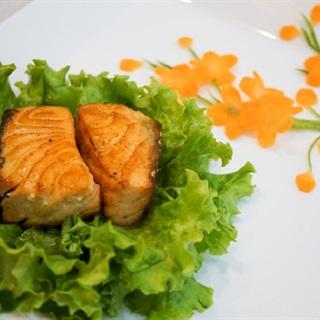 Cách làm cá hồi áp chảo sốt chanh dây
