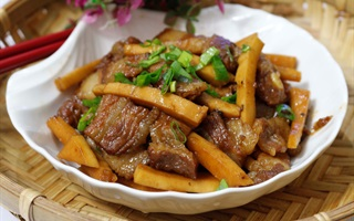 Thịt kho cơm dừa