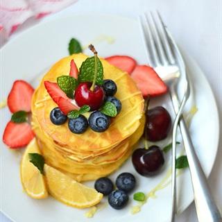 Bánh pancake phủ trái cây