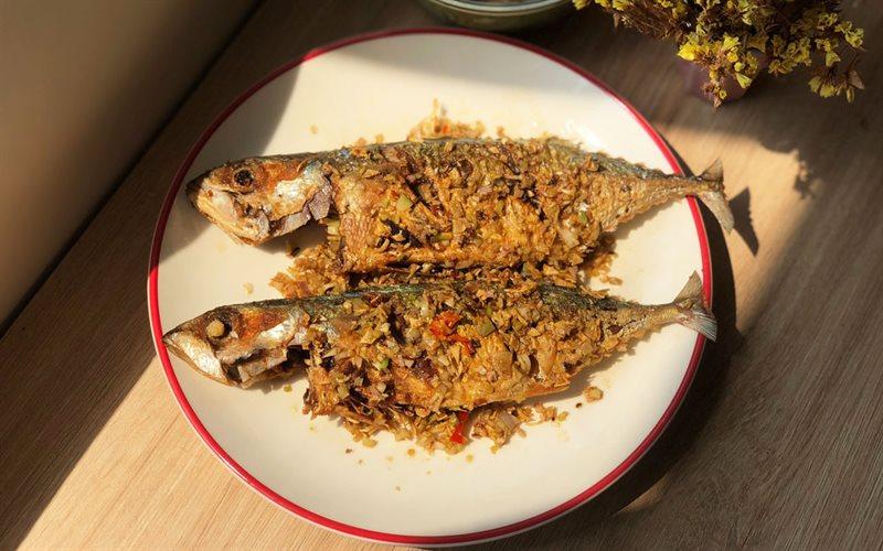 Cách làm cá bạc má muối chiên sả ớt