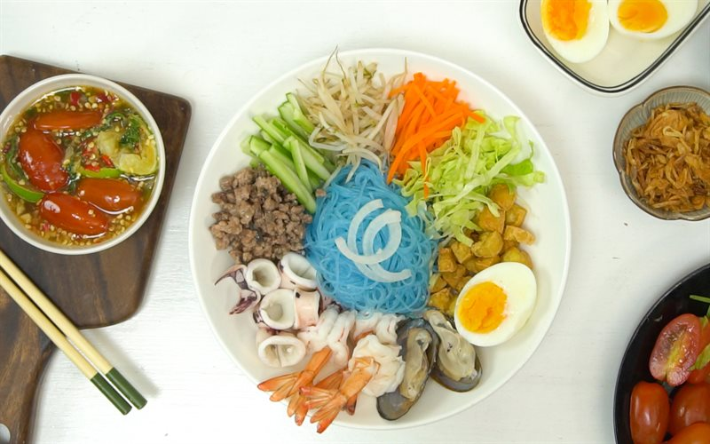 Cách làm Miến hoa đậu biếc trộn kiểu Thái