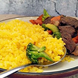 Cơm chiên vàng kèm thịt bò xào rau củ