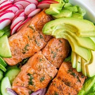 Salad bơ cá hồi chiên