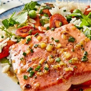 Cách làm cá hồi sốt chanh gừng ăn kèm cơm trộn rau củ