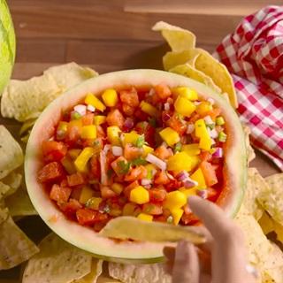 Salad dưa hấu ăn cùng snack
