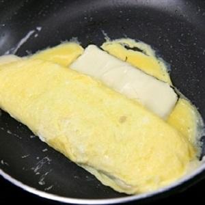 """Trứng cuộn <a href=""""https://www.rongbienhanquoc.net/san-pham.html"""" _fcksavedurl=""""https://www.rongbienhanquoc.net/san-pham.html"""">rong biển</a> phô mai"""