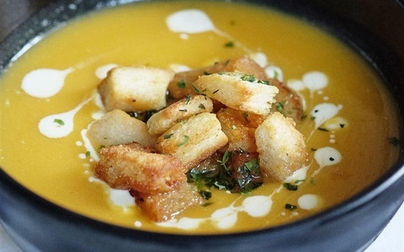 Cách làm súp bí đỏ khoai tây cho bé yêu