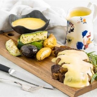 Nước sốt làm từ bơ và lòng đỏ trứng cho món thịt nướng chuẩn Pháp