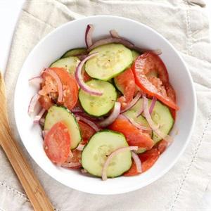 Salad dưa leo cà chua hành tây