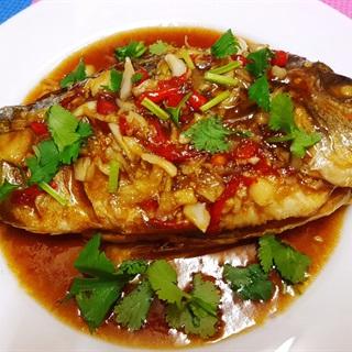 Cách làm cá chiên sốt tỏi kiểu Thái