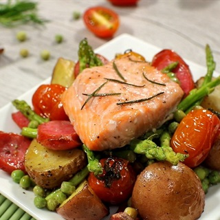 Cách làm cá hồi nướng rau củ