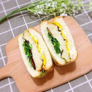 Cách làm Bánh mì kẹp trứng thịt xông khói